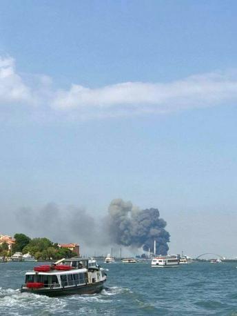 Visibile anche dalla laguna l'incendio di Fusina