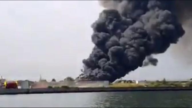 Incendio e nube nera a Fusina