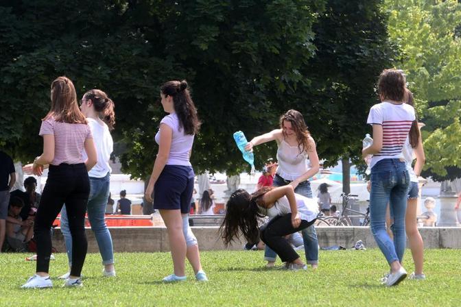 Padova, ultimo giorno di scuola, la festa (Foto Bergamaschi)