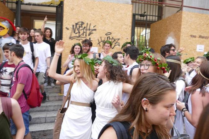 Verona, ultimo giorno di scuola, la festa (Foto Sartori)