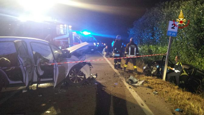 Le auto distrutte dopo lo scontro frontale