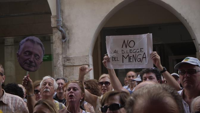Vicenza, manifestazione dell'associazione «Noi che credevamo nelle banche venete con  il sindaco Achille Variati a palazzo Trissino