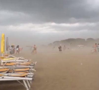 Venezia, paura in spiaggia a Caorle (Tony Andreoli)