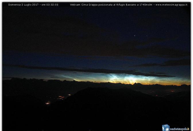 Nubi luminose, aurora boreale sul Grappa