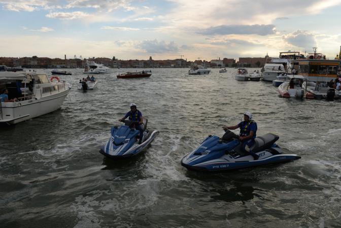 La polizia in acqua con le motovedette