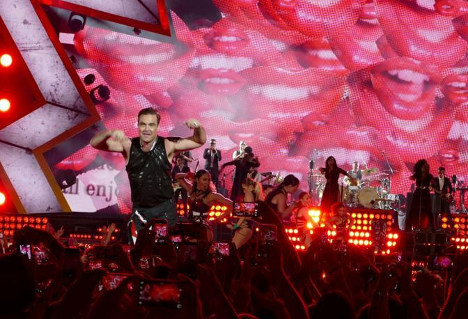 La pop star inglese Robbie Williams sul palco del Bentegodi