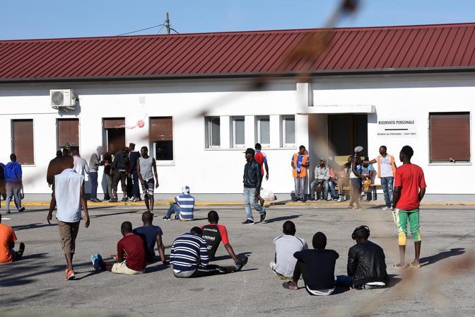 La protesta dei profughi nell'hub di Bagnoli