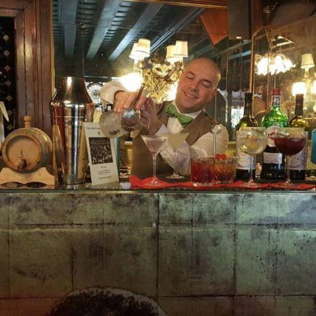 Gennaro Florio mentre lavora allo Chic Bar della Taverna la Fenice