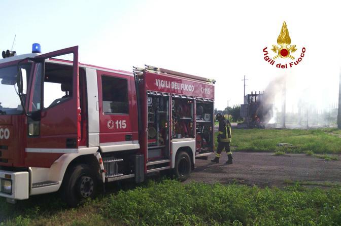Esplode e prende fuoco una cabina Enel, i pompieri spengono l'incendio
