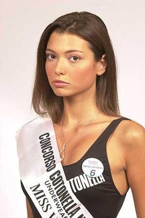 Carlotta Mantovan di Mestre in una foto di quando partecipò a Miss Italia. E' stata Miss Veneto nel 2001, è arrivata seconda a Miss Italia. Dal 2004 è giornalista di Sky TG 24, mentre dal 2005 al 2008 ha presentato le previsioni del tempo su Sky Meteo 24. Dopo dodici anni di fidanzamento, il 4 ottobre 2014 ha sposato Fabrizio Frizzi da cui ha avuto una figlia, Stella