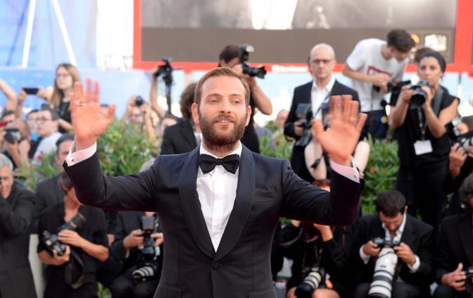 Mostra del Cinema, la cerimonia di apertura Il padrino Alessandro Borghi sul red carpet