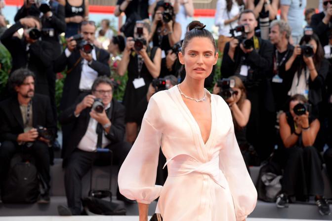 Mostra del Cinema, la cerimonia di apertura. Bianca Balti sul red carpet