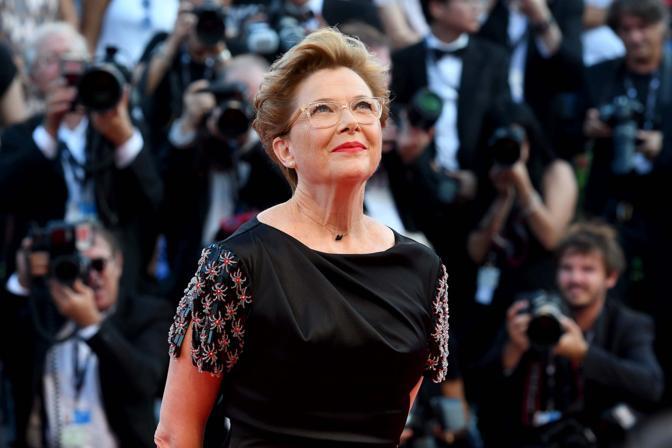 Mostra del Cinema, la cerimonia di apertura. La presidente della giuria internazionale Annette Bening