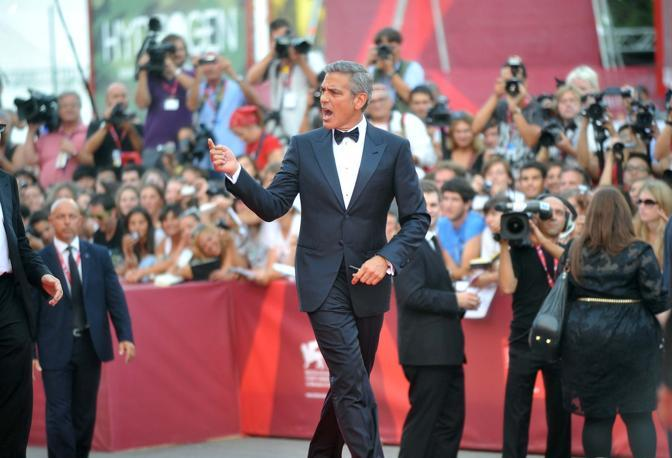 George Clooney torna a Venezia dopo il matrimonio con Amal Alamuddin nel 2014, in foto l'attore durante il red carpet della serata inaugurale di Venezia 68