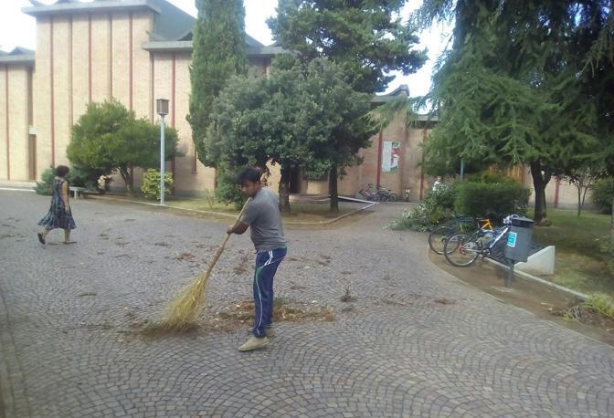 I richiedenti asilo impegnati a ripulire ad Annone Veneto