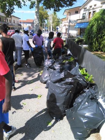I richiedenti asilo impegnati a ripulire a Portogruaro