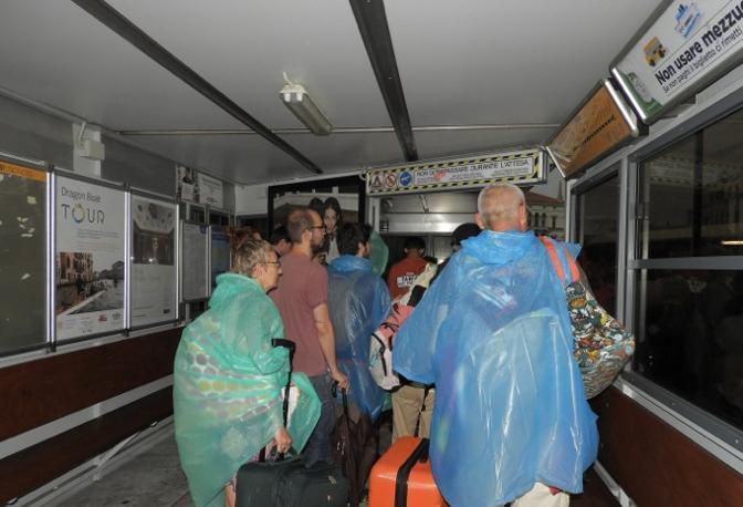 I turisti cercano riparo dal maltempo a Venezia