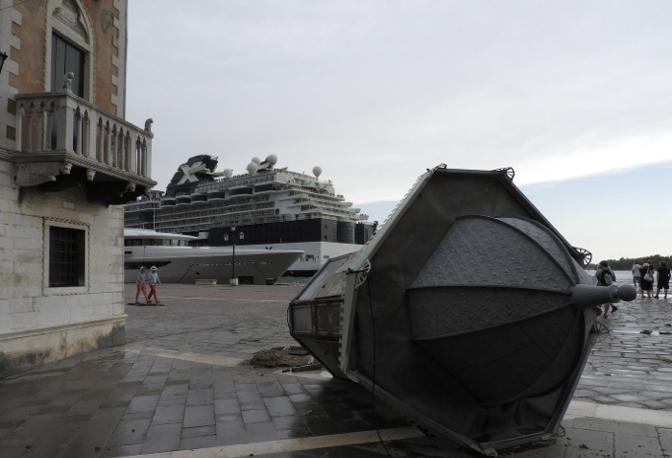 Il maltempo sradica un'edicola a Venezia