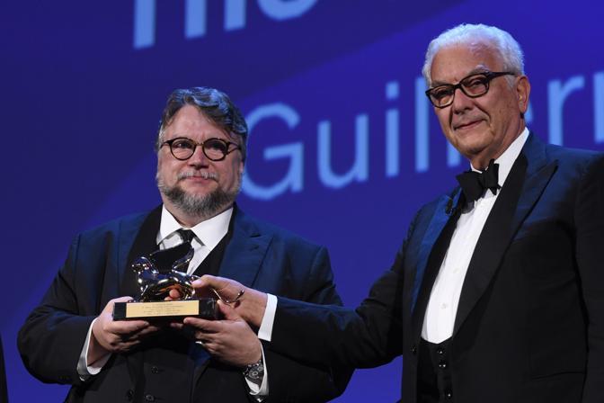 Leone d'oro a Gulliermo Del Toro, qui con il presidente della Biennale Paolo Baratta