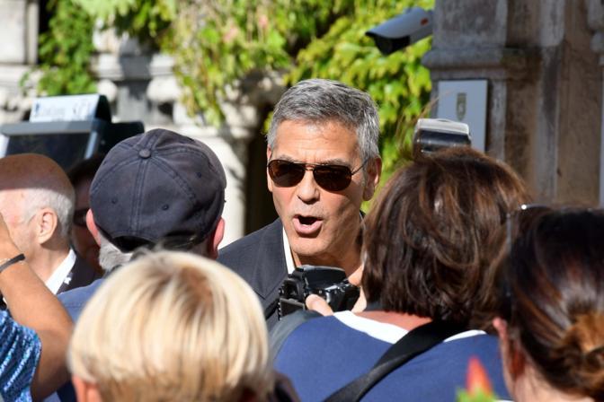 George Clooney è sbarcato giovedì sera a Venezia con la moglie Amal e venerdì pomeriggio si è spostato al Lido a bordo del motoscafo Amore, di cui è cliente fisso ogni volta che arriva in laguna. Venerdì la proiezione del suo ultimo film Suburbicon, in concorso e tra i protagonisti ci sono Julienne Moore, arrivata anche lei ieri alla Mostra, e Matt Damon, in città dalla serata inaugurale di mercoledì.