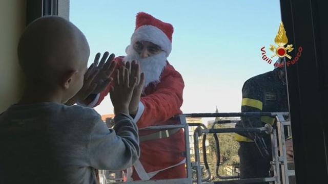 Babbo Natale Video Per Bambini.Il Natale Che Commuove Vigili Del Fuoco Babbo Natale Con I Bambini